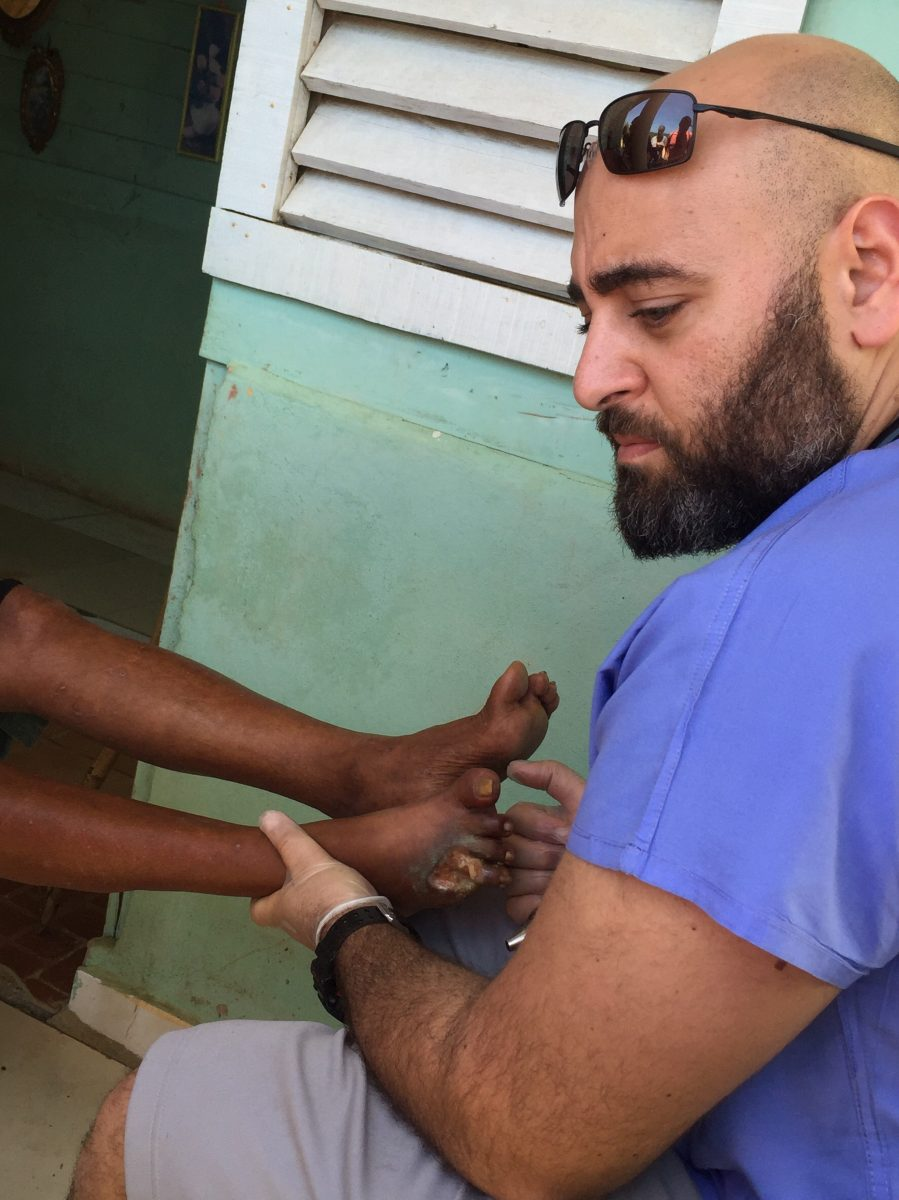 Doctor helps patient in Dominican Republic. Courtesy of Honors student, Cindy Tran.